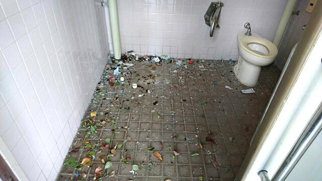 優先トイレ内でのビン破壊