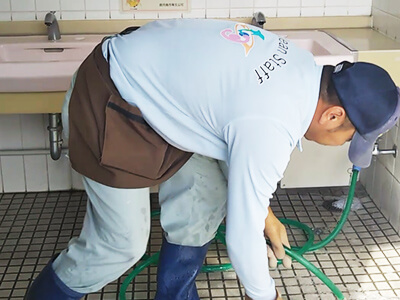 便器と床の流し洗い