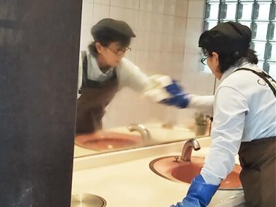 手洗い場鏡拭き